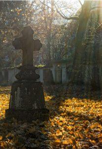 Friedhof Herbstbild mit Kreuz
